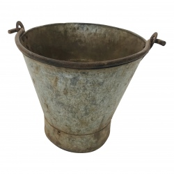 Old iron bucket +/- 35 x 35cm